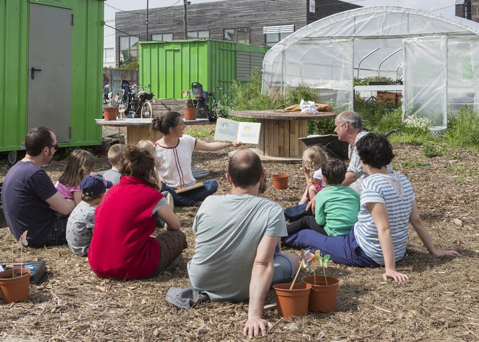 21 mai 2016: atelier pour des enfants consacré aux papillons organisé par LIli Garden, animatrice Leslie GARCIAS, chez le Paysan Urbain, agriculteur installé sur une friche industrielle à Romainville (93), France.
