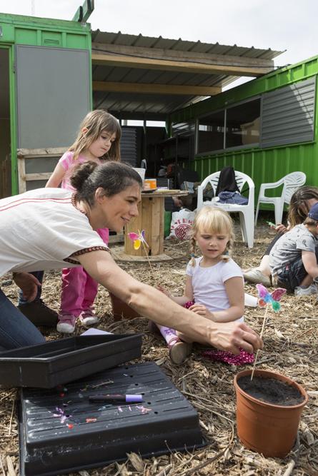21 mai 2016: atelier pour des enfants consacré aux papillons organisé par LIli Garden, animatrice Lesley GARCIAS, chez le Paysan Urbain, agriculteur installé sur une friche industrielle à Romainville (93), France.