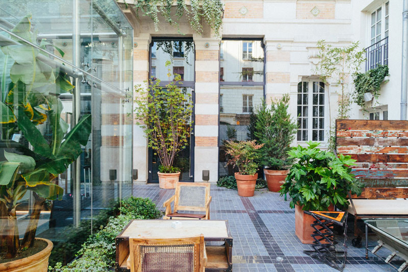 LiliGarden-KubeHotel-cour-vintage-plantes-luxuriantes